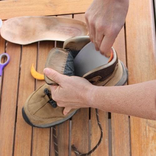 Einlegesohle in den Schuh einlegen