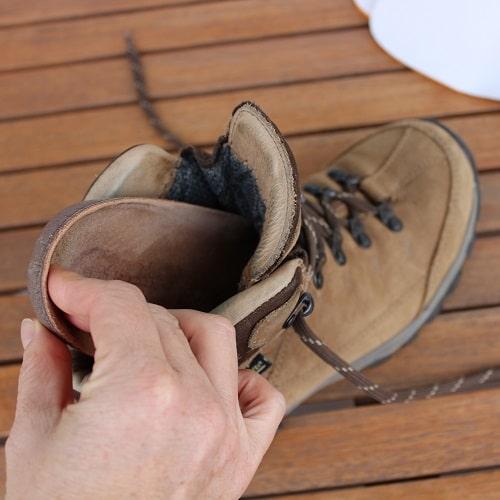 Einlegesohle aus dem Schuh nehmen